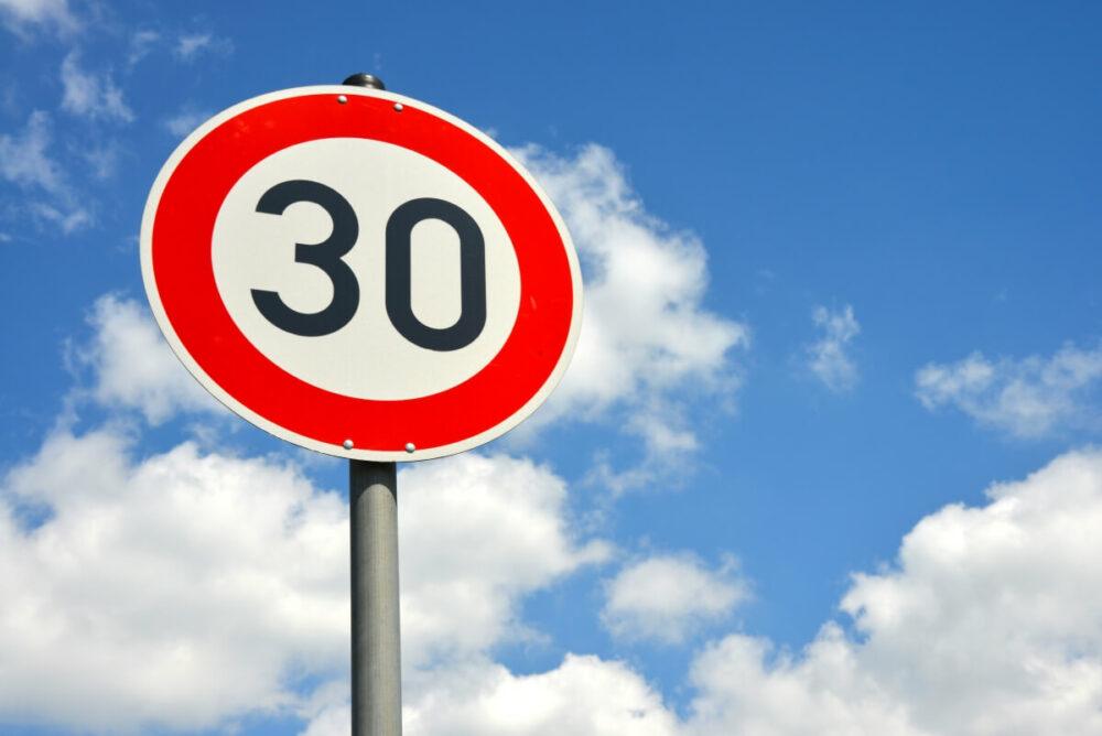 速度制限30km/hの標識