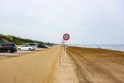 【千里浜なぎさドライブウェイ】日本で唯一クルマで走れる砂浜|走行の注意点とおすすめグルメ