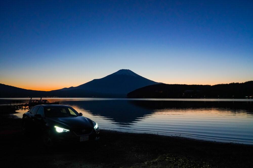 スカイライン GT Type SP ハイブリッド 2WD|夕日の逆さ富士を背景に撮影