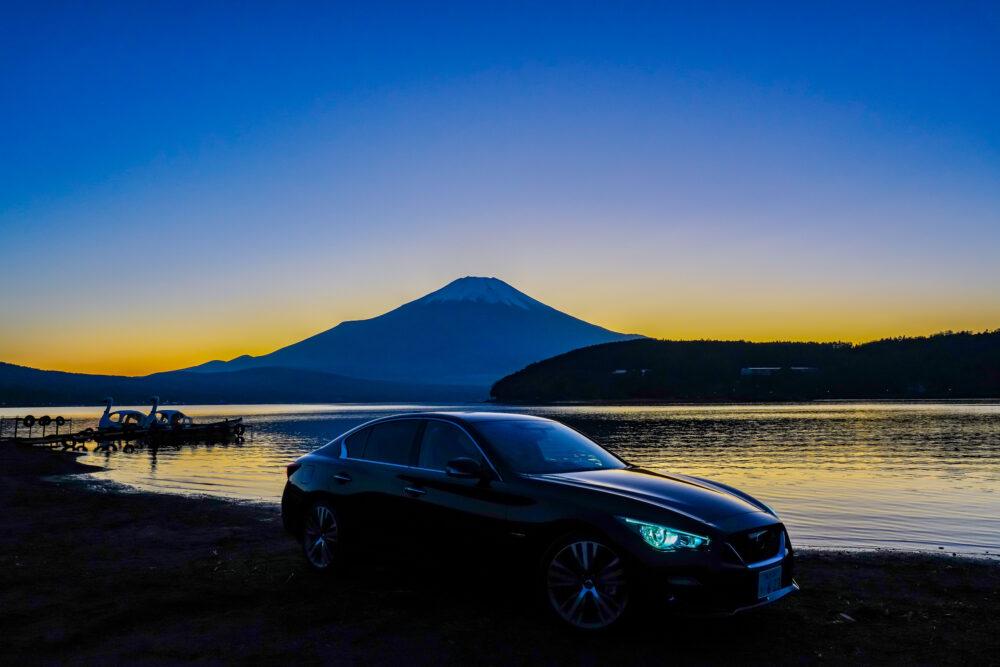 スカイライン GT Type SP ハイブリッド 2WD|夕焼けの富士山を背景に撮影