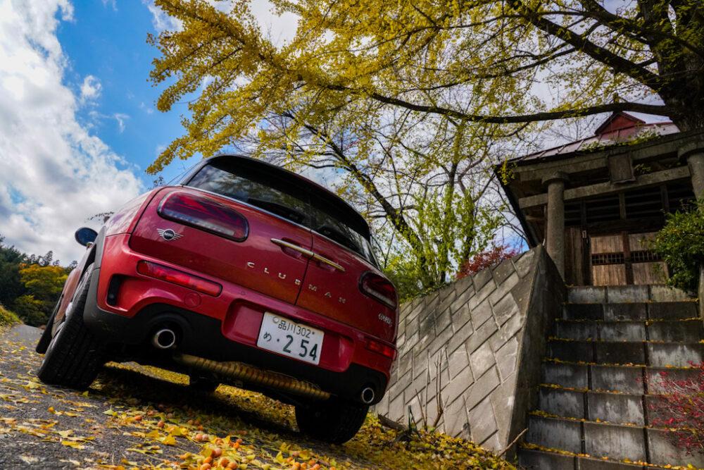 新型ミニ・クラブマン クーパーS ALL4|神社前の紅葉の下で撮影