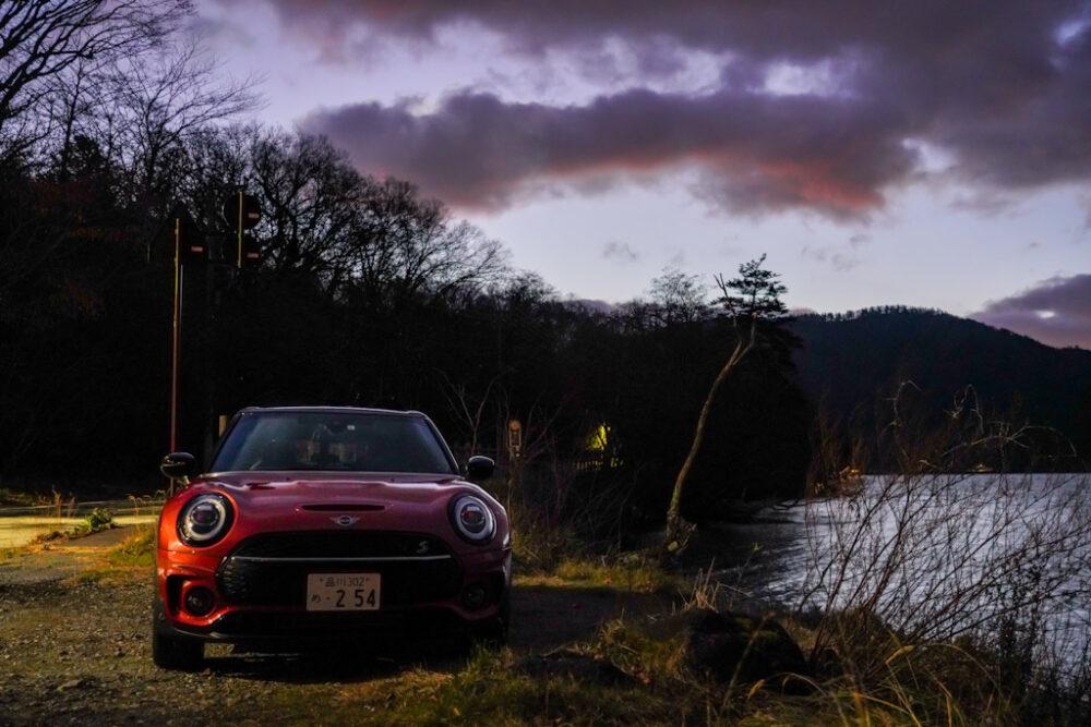 新型ミニ・クラブマン クーパーS ALL4。夜明け直後の湖畔で撮影。