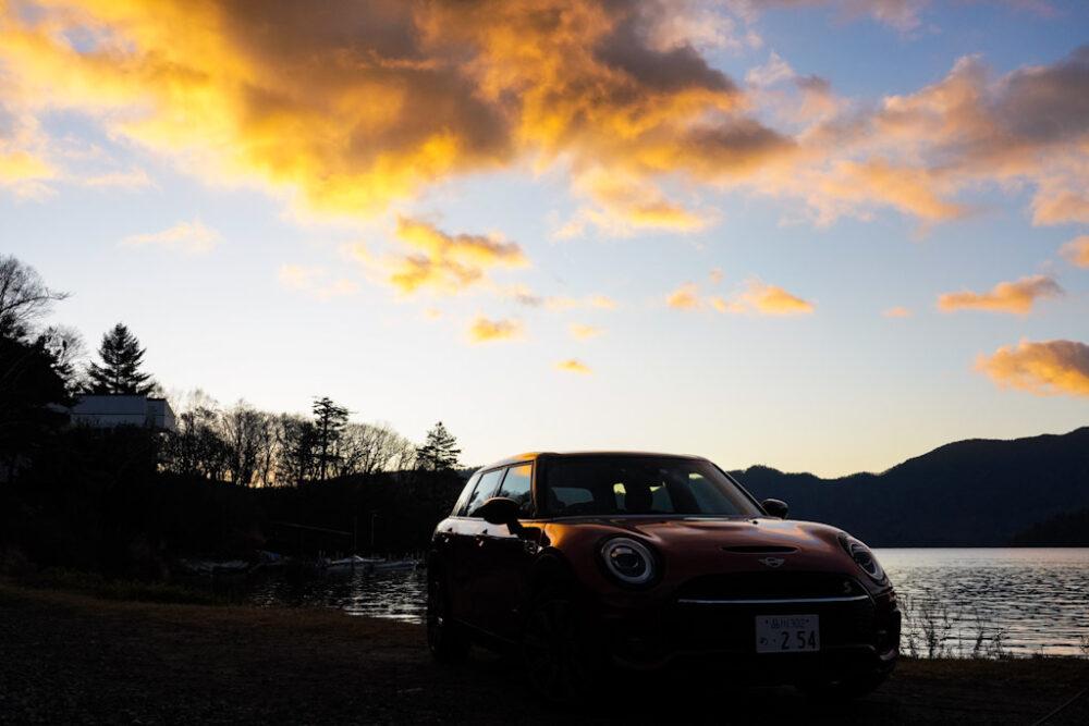 新型ミニ・クラブマン クーパーS ALL4。朝焼けの雲を背景に撮影。