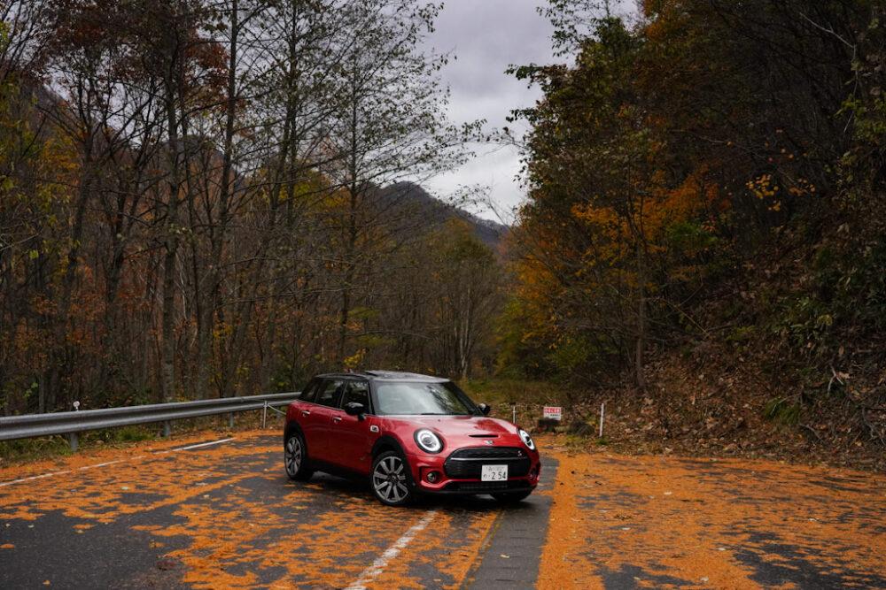 新型ミニ・クラブマン クーパーS ALL4。紅葉した落ち葉の上で撮影