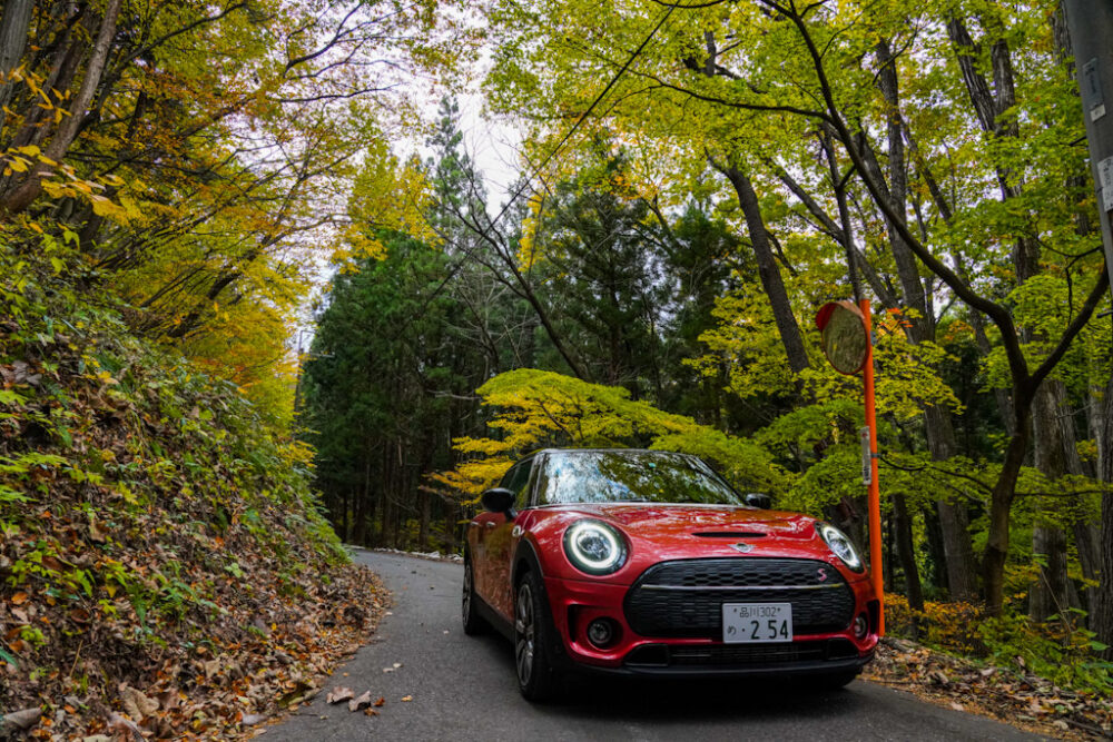 新型ミニ・クラブマン クーパーS ALL4、紅葉の山道で撮影。