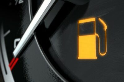 残り何キロ走れる?ガソリンランプ・給油ランプが点灯したら|ガス欠寸前時の対処法も