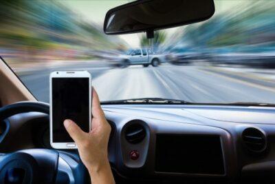【違反者続出】信号待ち中の携帯電話(スマホ)の操作や通話の違反の罰金は?