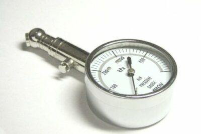 【危険】タイヤの空気圧は今は高くしない?高速道路での走行リスクや燃費についても