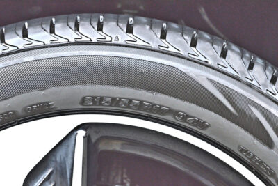 タイヤのスリップサインの見方と確認方法!溝がないと罰金も【冬・春前にチェック】