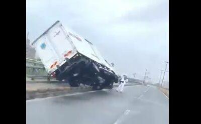 【台風やばすぎ】関西でトラックが転倒するほどの強風が発生中!車の運転時は注意!