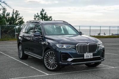"""【新型BMW・X7 チョイ乗り試乗レポ】巨体だけど""""駆けぬける歓び""""アリの最上級大型SUV"""