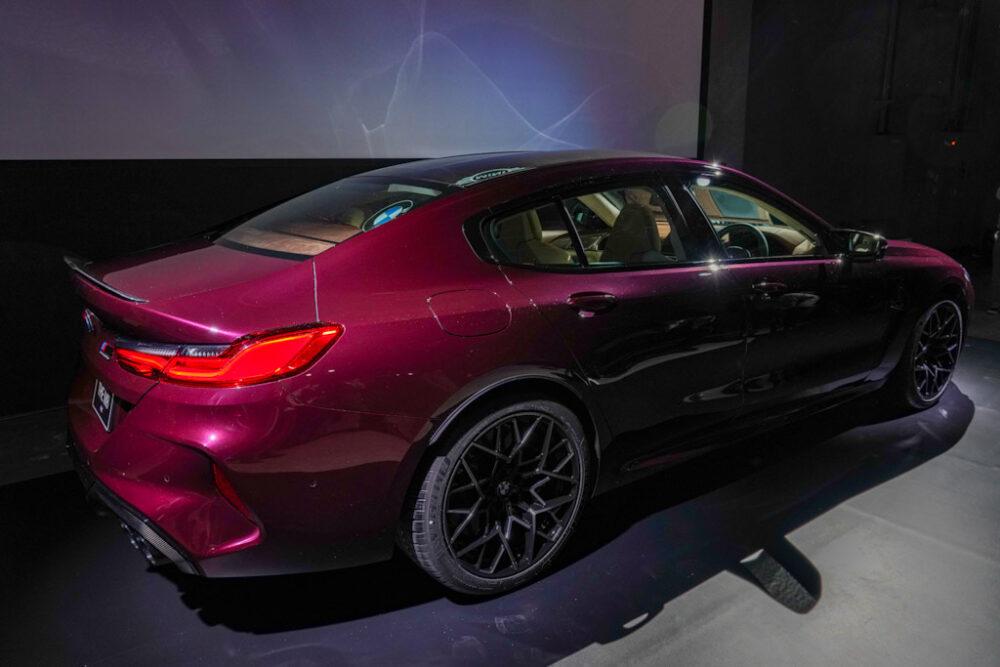 新型BMW M8 グラン クーペを後方から見たサイドビュー