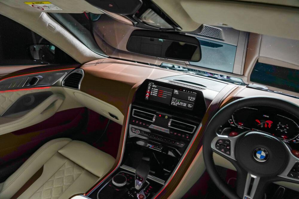新型BMW M8 グラン クーペの助手席側インパネ