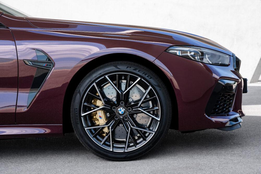 新型BMW M8 グラン クーペのフロント。カーボンブレーキ