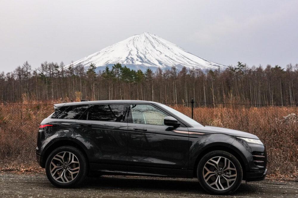 林道に停まる新型レンジローバー・イヴォーク R-DYNAMIC HSE P300 MHEV。背景は富士山。
