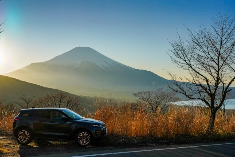 夕方の富士山と山中湖を背景に新型レンジローバー・イヴォーク R-DYNAMIC HSE P300 MHEVを撮影