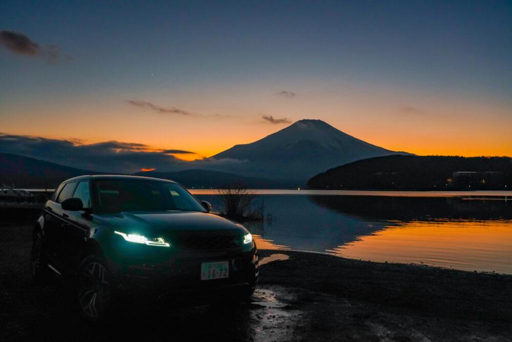 夕焼けの山中湖畔に停まる新型レンジローバー・イヴォーク R-DYNAMIC HSE P300 MHEV
