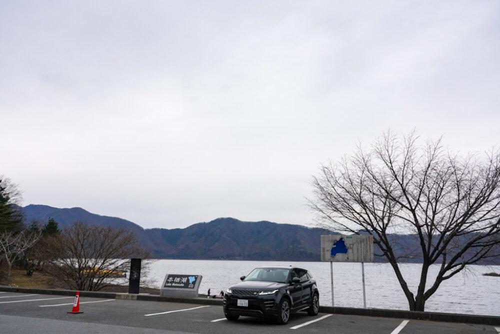 本栖湖畔の駐車場とレンジローバー新型イヴォーク