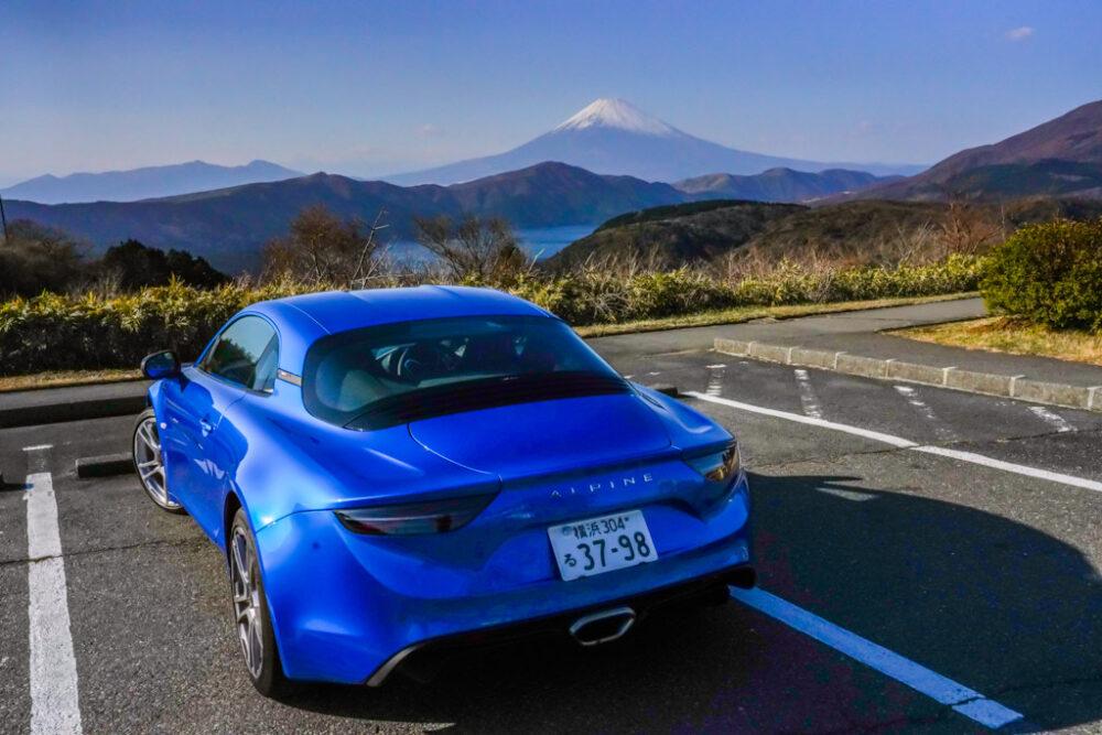 現行型アルピーヌA110のリア。富士山を背景。