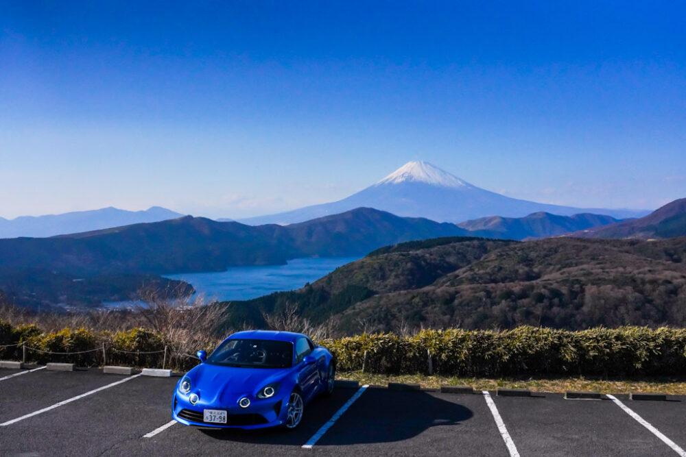 アルピーヌA110。富士山と芦ノ湖が背景。