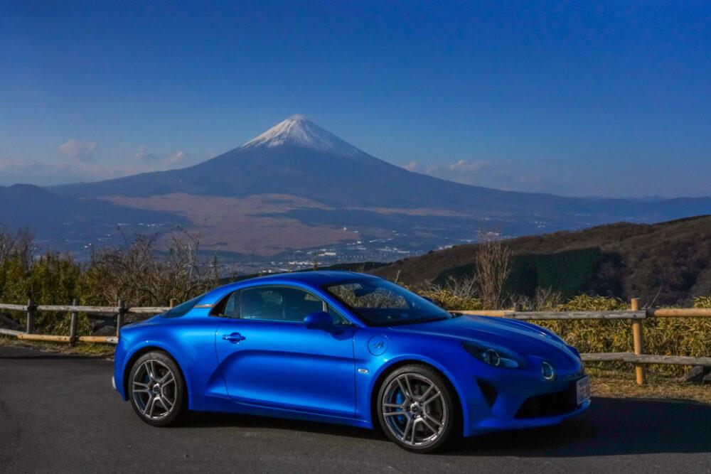 アルピーヌA110のサイドビュー。背景は富士山。