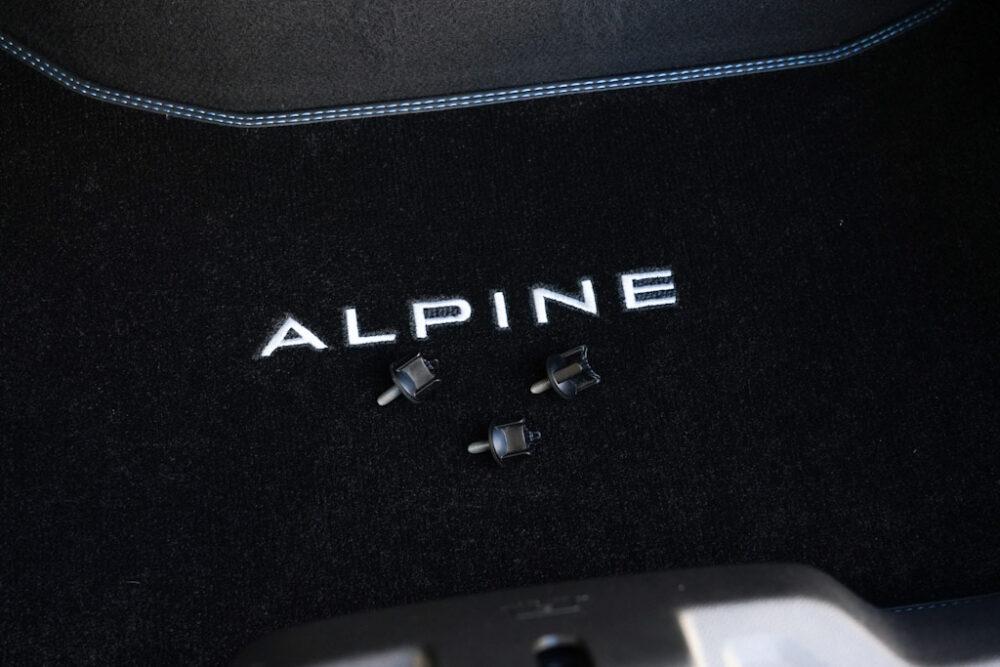 アルピーヌA110のトランクに置かれたネジ3つ