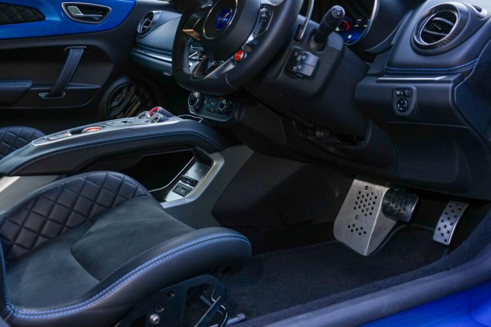 アルピーヌA110のインテリア。運転席の足元