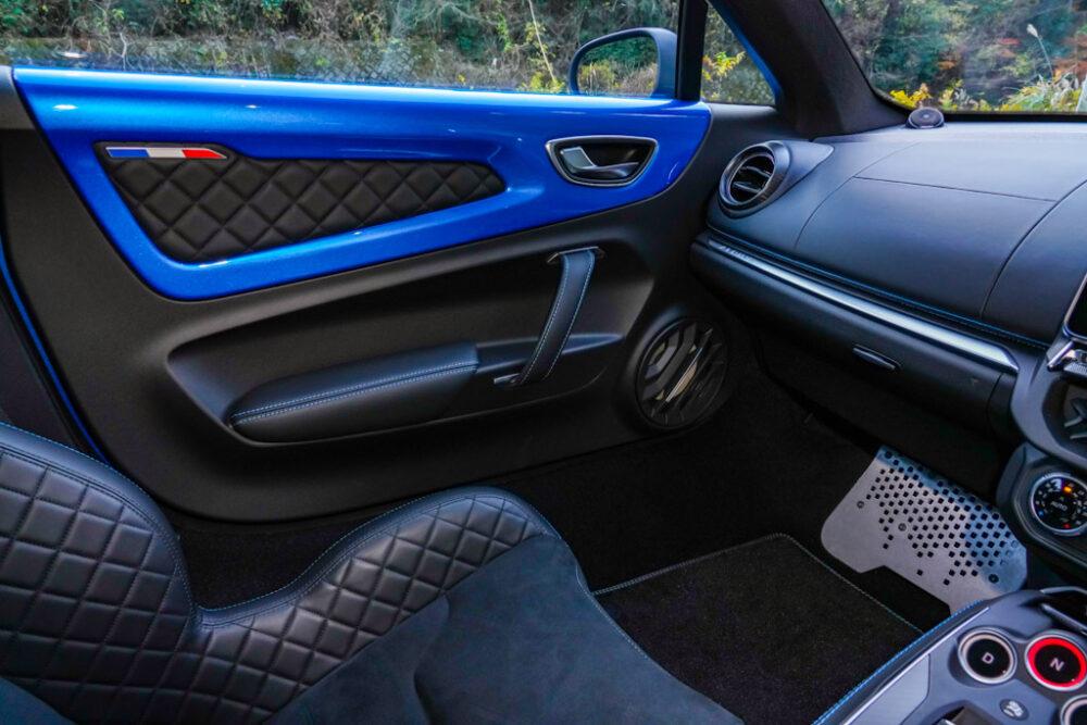 アルピーヌA110のインテリア。助手席側のドアパネルとダッシュボード。
