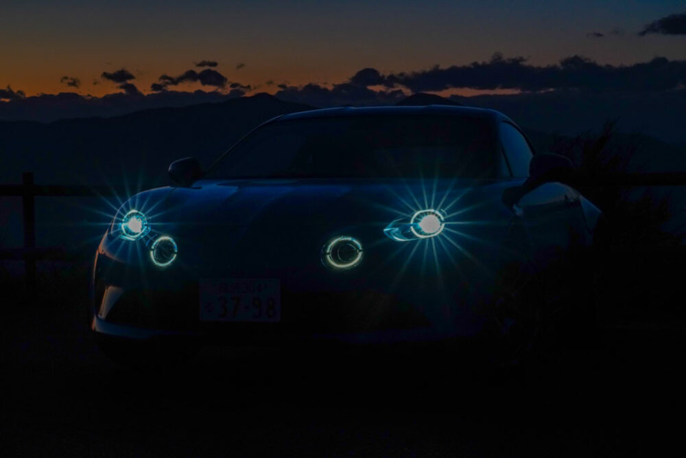 アルピーヌA110のヘッドライト点灯状態