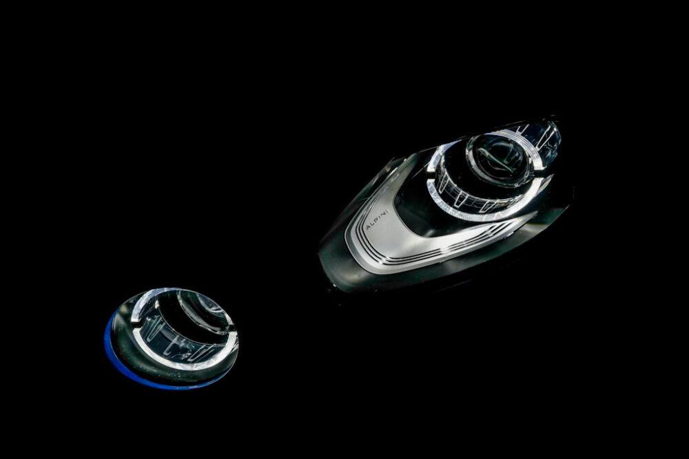 アルピーヌA110のヘッドライトをアップで撮影