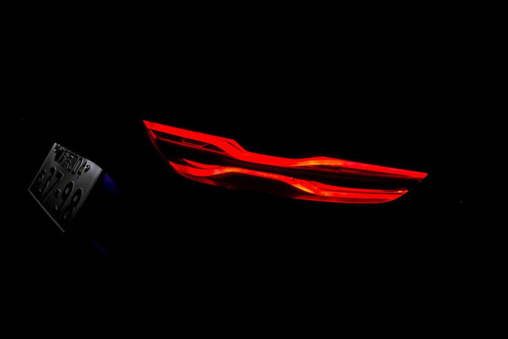 アルピーヌA110のリアライト点灯状態をアップで撮影