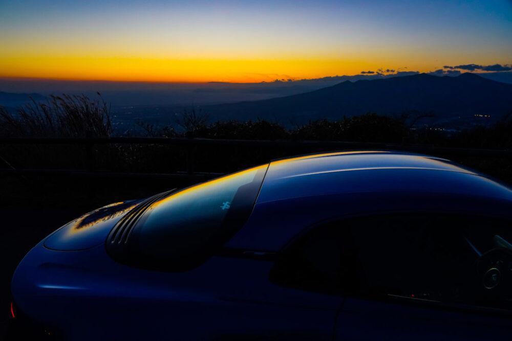 夕焼けをボディ後方に反射させるアルピーヌA110
