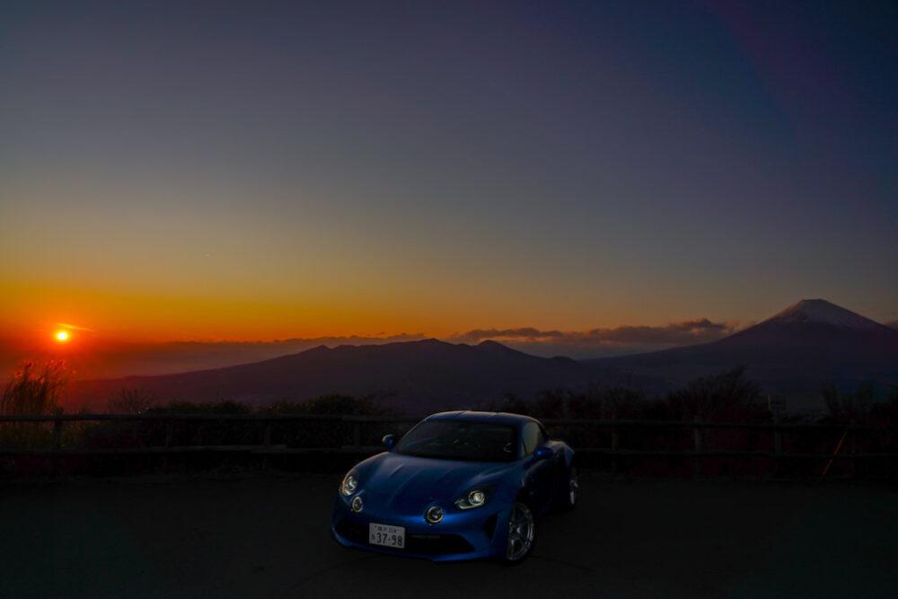 アルピーヌA110。夕陽を背景に撮影。
