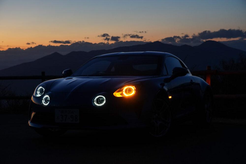 アルピーヌA110のヘッドライト点灯状態でウインカーを点灯