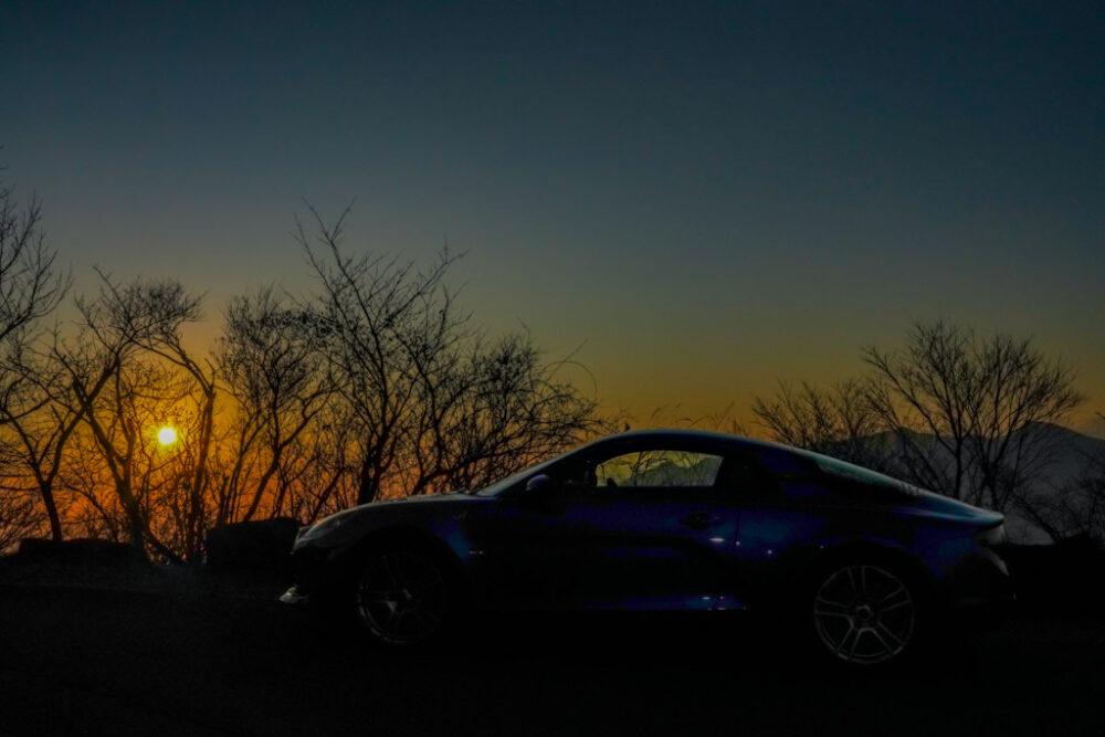 夕焼けの逆光でアルピーヌA110のサイドを撮影