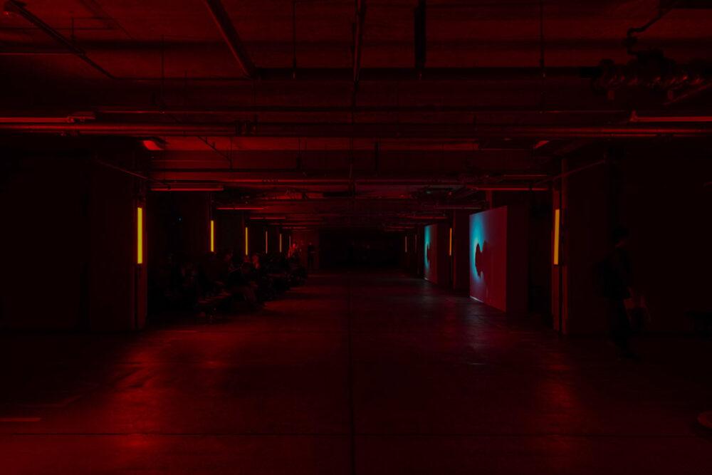 ミニ・ジョン・クーパー・ワークス・GPのお披露目会会場。赤いLED照明のみで暗い。