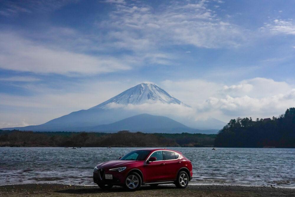 アルファロメオ・ステルヴィオ。背景は子抱き富士と精進湖