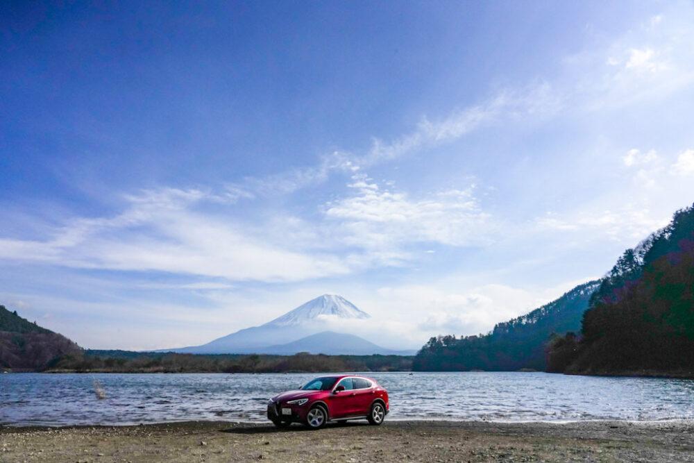 精進湖と子抱き富士を背景にアルファロメオ・ステルヴィオ