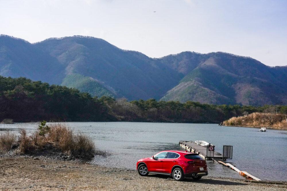 精進湖畔に停まるアルファロメオ・ステルヴィオ