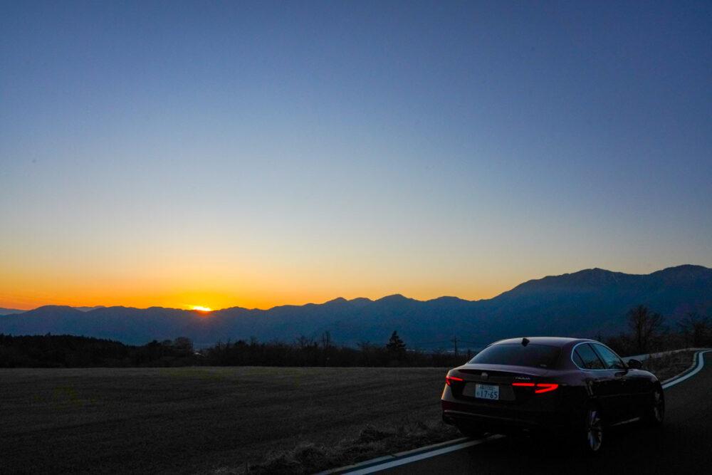 日没直後の夕焼けとアルファロメオ ジュリア 2.2Lターボ・ディーゼルスーパーの後ろ姿
