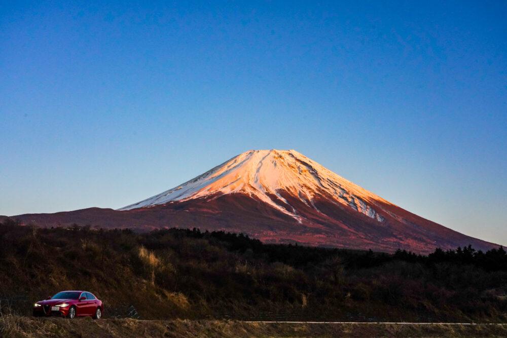 アルファロメオ ジュリア 2.2Lターボ・ディーゼルスーパー。夕暮れの富士山を背景。