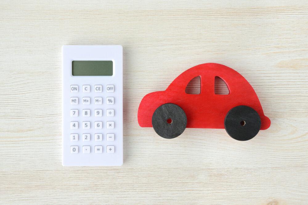 おもちゃの車と電卓の画像