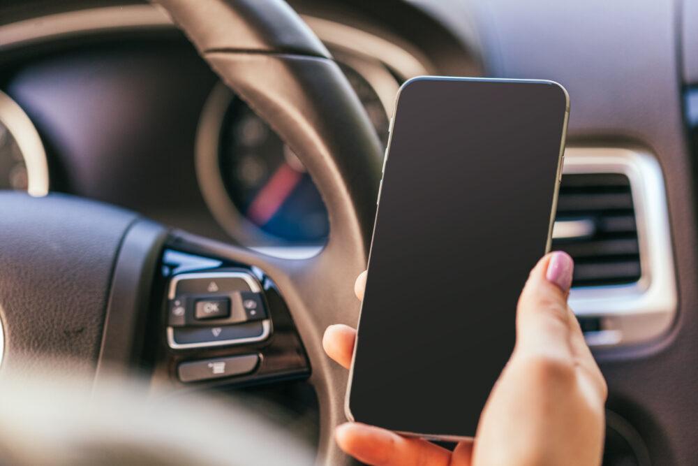 運転中のスマートフォン使用