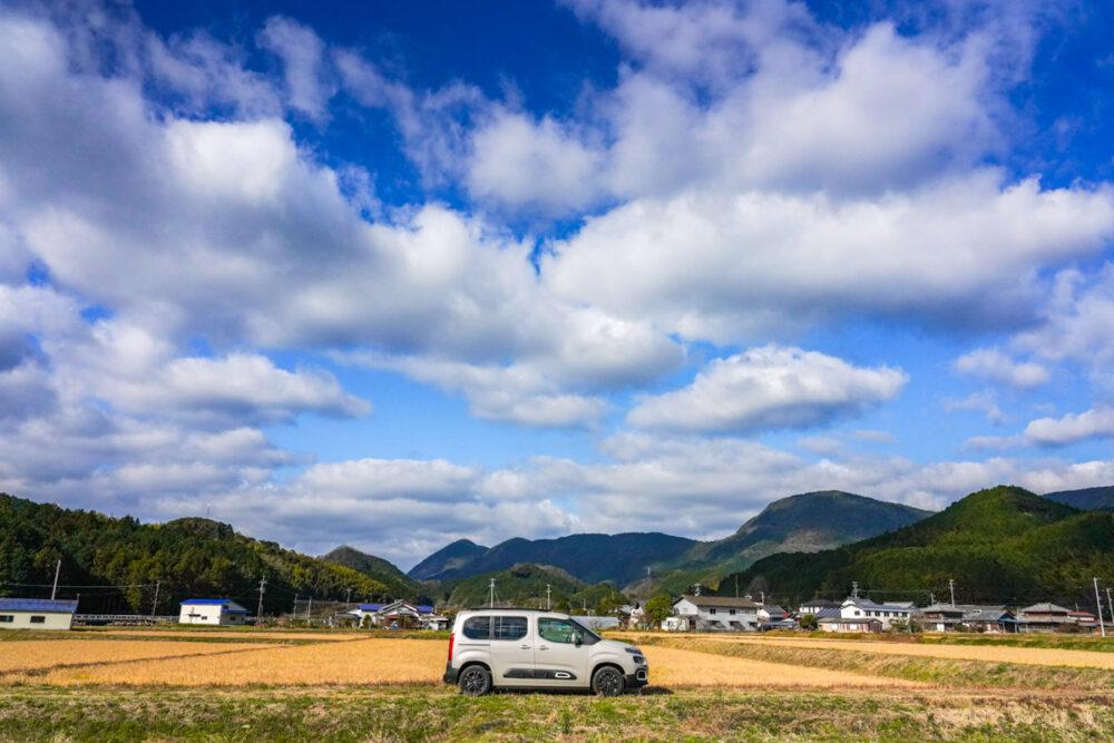 田んぼの真ん中、青空を背景に撮影したシトロエン・ベルランゴ デビューエディション。