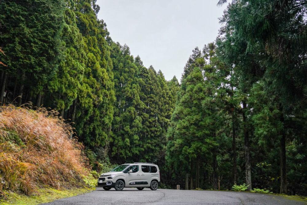 四国霊場第21番 太龍寺の駐車場にて撮影したシトロエン・ベルランゴ デビューエディション。