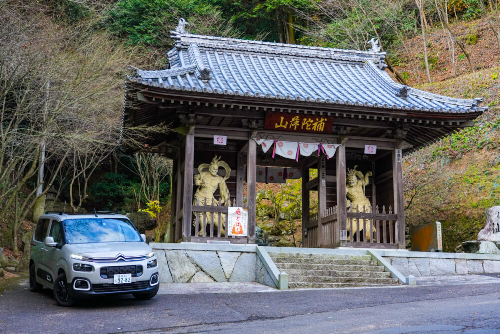 四国第58番札所「仙遊寺」の山門で撮影したシトロエン・ベルランゴ デビューエディション。