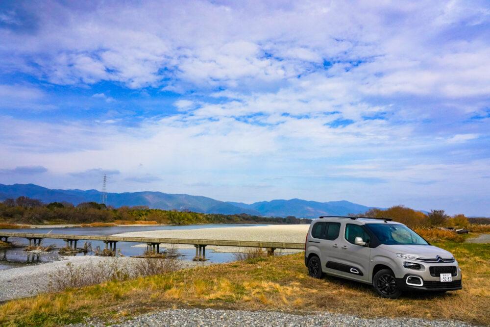 吉野川にかかる潜水橋を背景に撮影したシトロエン・ベルランゴ デビューエディション。