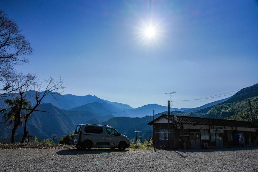 四国第60番札所「横峰寺」の手前のドライブインのような場所で山間を背景に撮影したシトロエン・ベルランゴ デビューエディション。