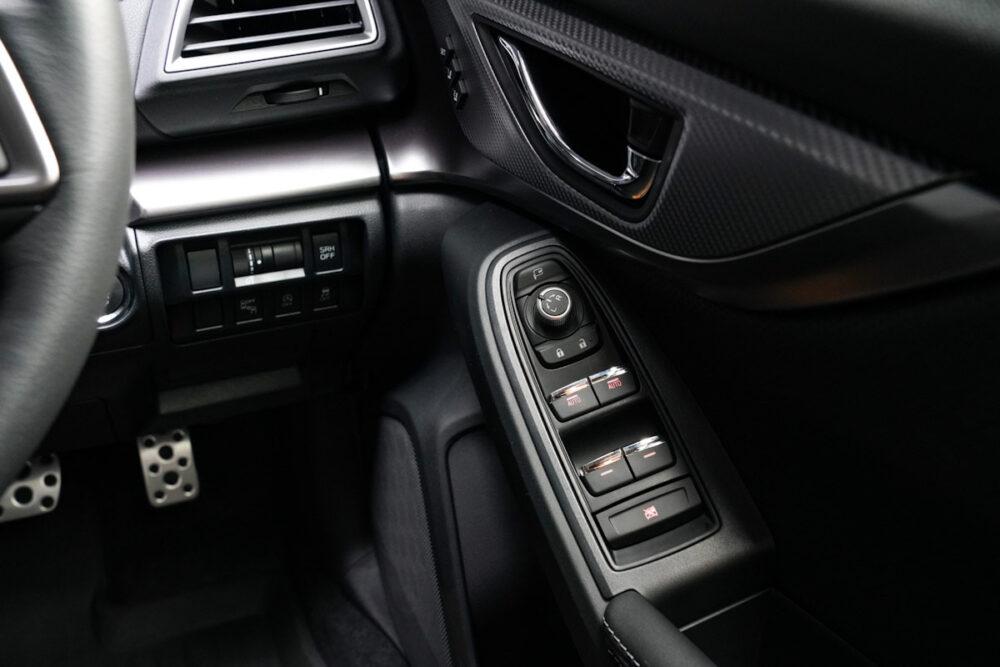 スバル インプレッサ G4の運転席側ドアパネル操作ボタン周り