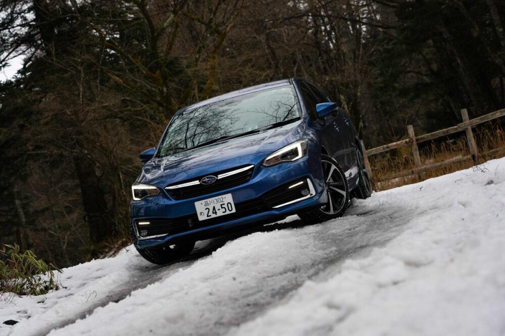 雪道を走るスバル インプレッサ G4